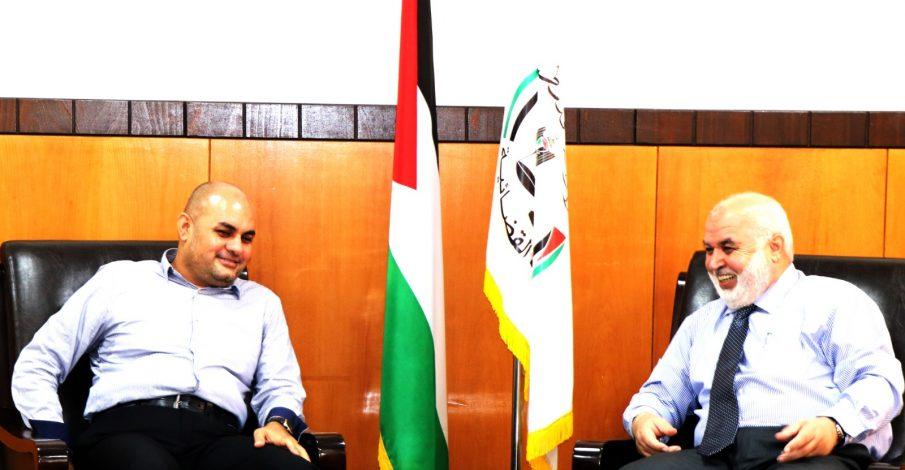 المستشار عابد يناقش سير العملية الإدارية والقضائية في محكمة بداية غزة