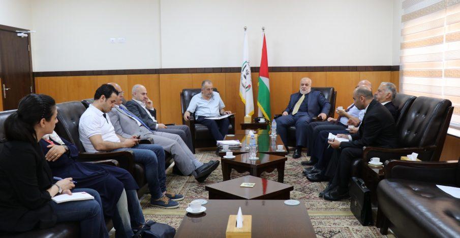 المستشار عابد يستقبل وفداً من المركز الفلسطيني لحقوق الإنسان