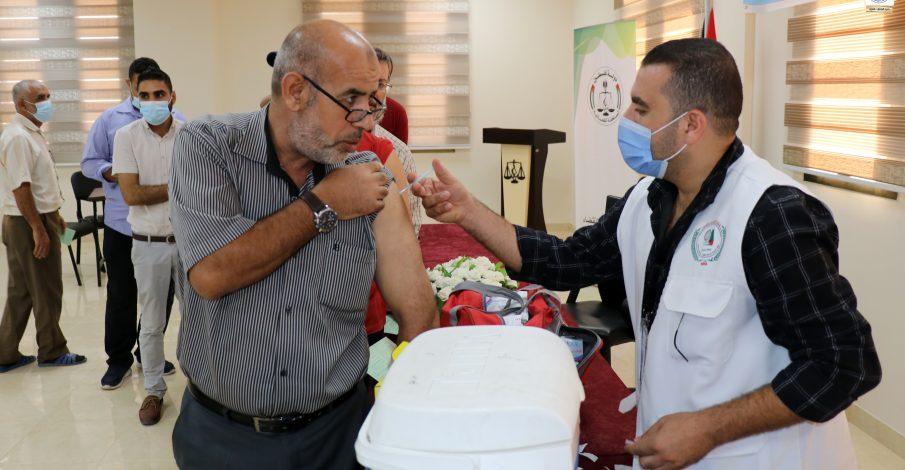 القضاء ينفذ حملة تطعيم للعاملين بقصر العدل ضد فايروس كورونا